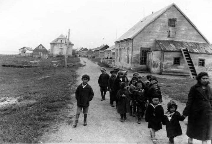 Школьники гуляют с учительницей по центральной улице